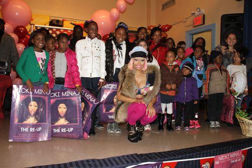 File:Nicki-minaj-hands-out-free-turkeys-to-her-old-school-in-queens6.jpg