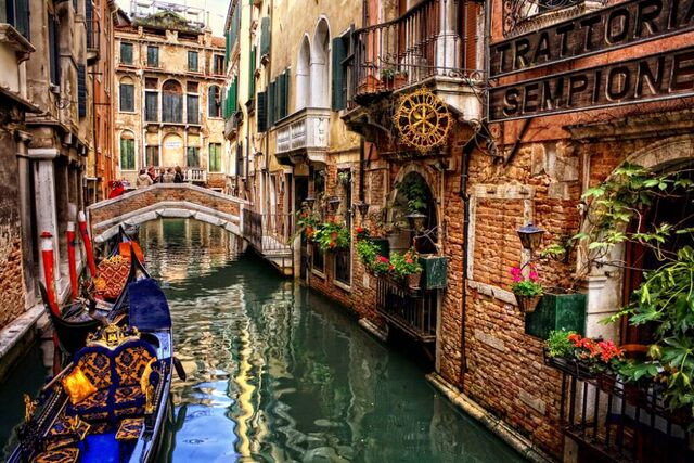 File:Venice-alley.jpg