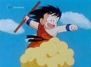 Goku leci na Kinto trzymając w ręku Nyoi-bo