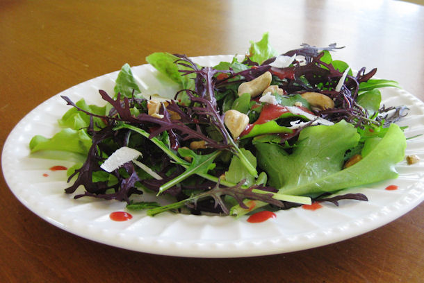 File:Mix-Greens-Salad-with-Raspberry-Vinaigrette.jpg