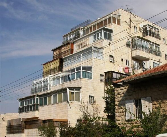 File:Graded Sukkahs In Apartments In Jerusalem.JPG