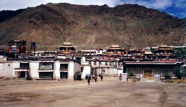 File:Tashilhunpo Monastery, Shigatse.JPG
