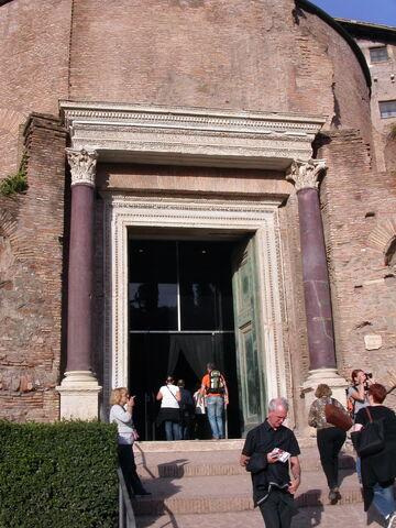 File:2011 Cosma e Damiano lower entrance.jpg