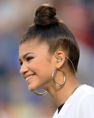 Zendaya-coleman-hairbun-gold-hoop-earrings-at-game