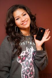 41368 Preppie Zendaya Coleman posing with her new cell phone at a house in LA 7 122 19loSIX
