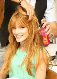 Bella-thorne-Loreal-spray-on-hair