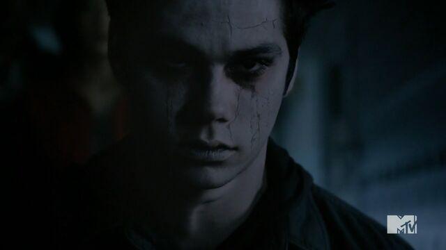 Datei:Teen Wolf Season 3 Episode 24 The Divine Move Dylan Obrien Nogitsune-Stiles Shell Breaking.jpg