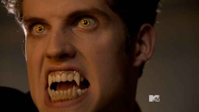 Datei:Teen Wolf Season 3 Episode 17 Silverfinger Daniel Sharman Isaac Lahey Werewolf.jpg