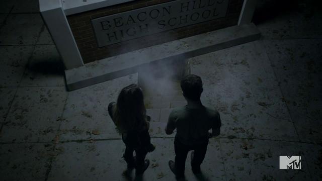 Datei:Teen Wolf Season 4 Episode 2 117 Kate and Derek open the vault.png