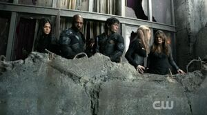 The 100 S03E16 - watching Alie's followers climb the tower