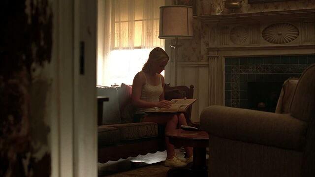 File:3x09 -sookie looking through a scrapbook.jpg