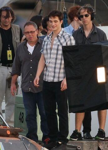 File:Filming-a-scene-on-the-pier-07-11-10-robert-pattinson-and-kristen-stewart-16862911-508-703.jpg
