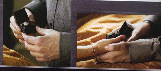 File:Bella's ring.jpg