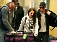 4Robert-Pattinson-Kristen-Stewart-050312--580x435