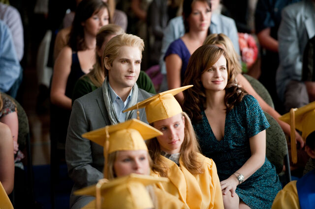 File:Esme and carlisle at the graduation.jpg