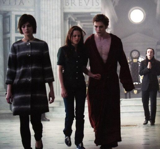 File:NM- Into The Lair Of The Volturi.jpg