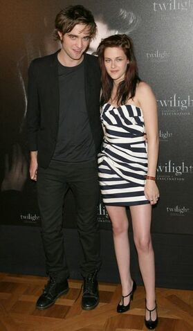 File:Robert pattinson kristen stewart.jpg