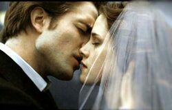 Edward-Bellla-kissing-at-the-Wedding-day-isle-esme-7878587-400-256