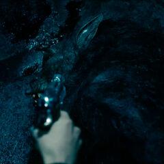 Selene shoots a Lycan.