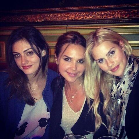 File:The Originals - Claire, Phoebe, & Arielle in Paris.jpg