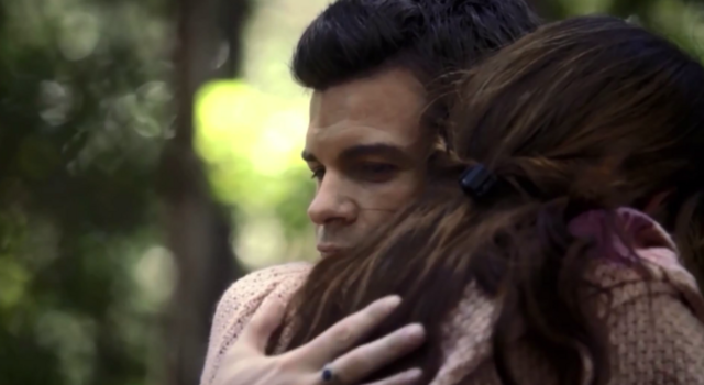 File:Hayley and Elijah hug 1x7...png