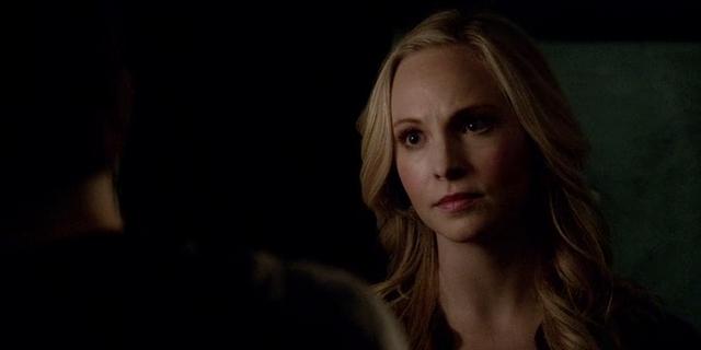 File:Caroline talking with Stefan 5x15.png