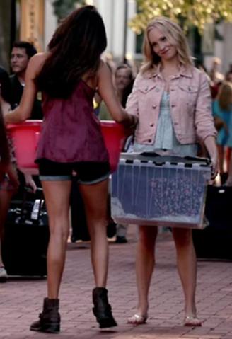 File:Elena and Caroline in 5x1.png