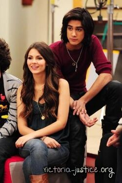 Behind-the-Scenes-Victorious-Photoshoot-avan-and-victoria-17452690-333-500