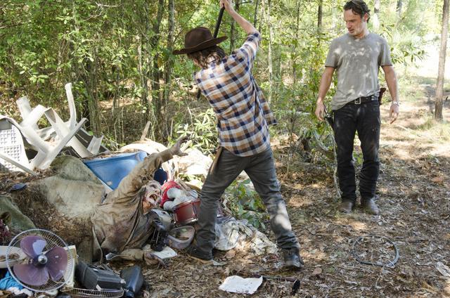 File:AMC 512 Carl Kills Walker.png