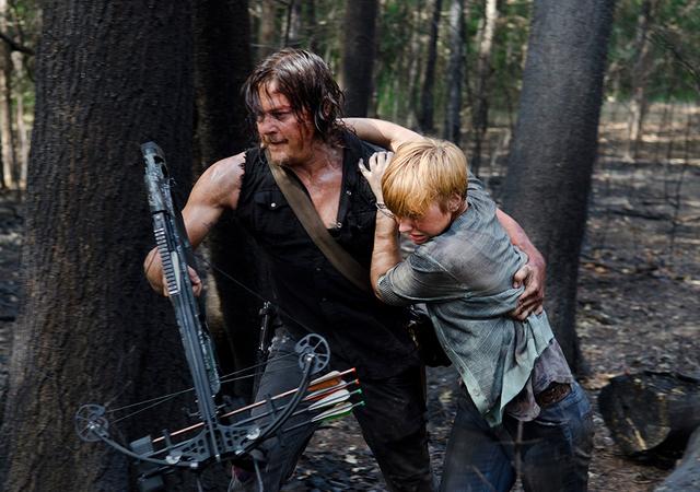 File:AMC 606 Daryl Helping Tina.png