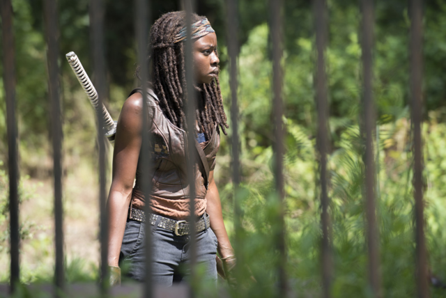 File:AMC 509 Michonne Searching Estate.png