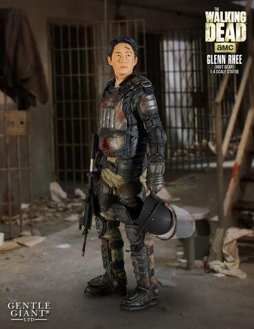 File:Glenn in Riot Gear Statue 1.jpg
