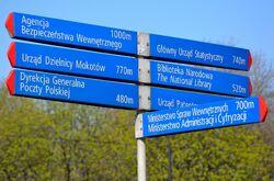 Słupek MSI z informacją kierunkującą dla pieszych al. Niepodległości róg Batorego.JPG