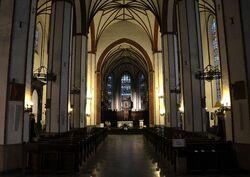 Wnętrze archikatedry św. Jana wieczorem.JPG