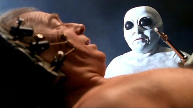 File:Morris Fletcher with Grey alien.jpg