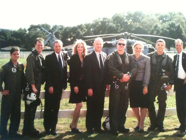 File:Day 5 Secret Service and Presidential Crew Pose.jpg