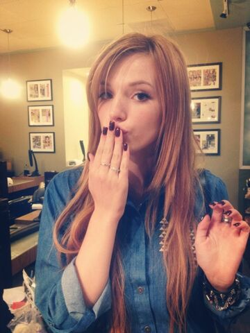 File:Bella thorne mobli nails q17gKi8B.sized.jpg
