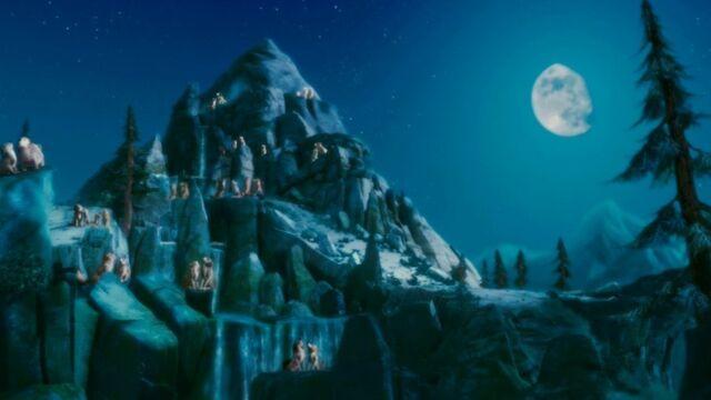 File:The-howling-rock-moonlight-howling-club-31741221-900-506.jpg