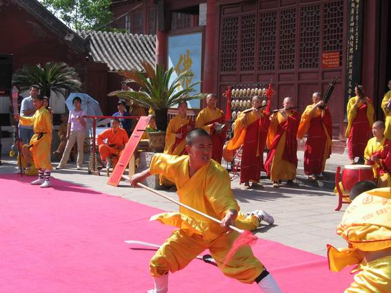 File:Demonstrating Kung Fu at Daxiangguo Monestary, Kaifeng, Henan.jpg