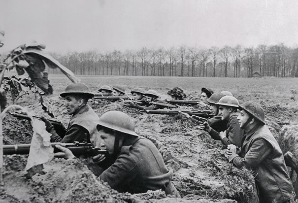 File:British-soldiers-fighting-in-trenches.jpg