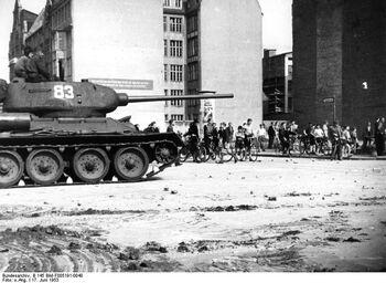 Bundesarchiv B 145 Bild-F005191-0040, Berlin, Aufstand, sowjetischer Panzer