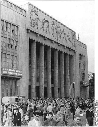 File:462px-Bundesarchiv Bild 183-55823-0005, Berlin, Karl-Marx-Allee, -Deutsche Sporthalle-.jpg
