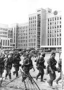 Bundesarchiv Bild 101I-137-1010-37A, Minsk, deutsche Truppen vor modernen Gebäuden