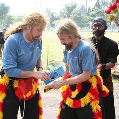 James & Abba opening their clue in Leg 3 after completing the Detour.