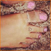Ariana-Grande-Heart-Tattoo-On-Toe