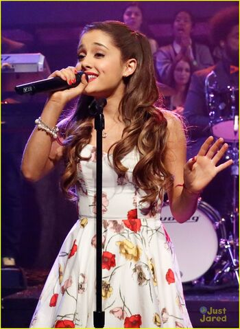 File:Ariana-grande-late-night-fallon-performance-01.jpg