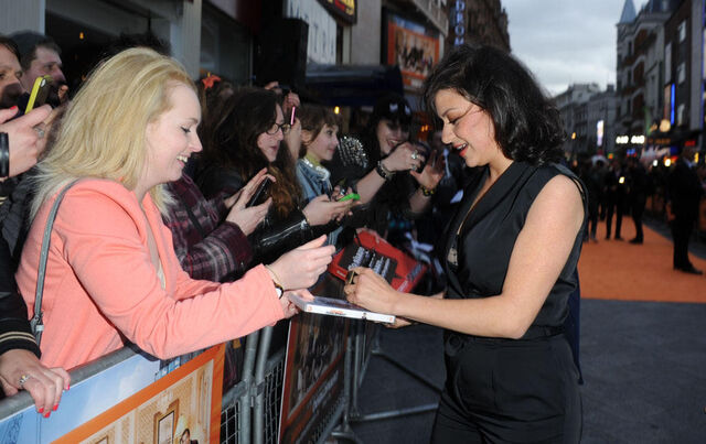 File:2013 Netflix Premiere London - Alia with Fans 01.jpg