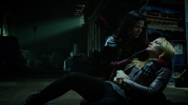 Datei:Nyssa al Ghul holds a poisoned Sara Lance.png