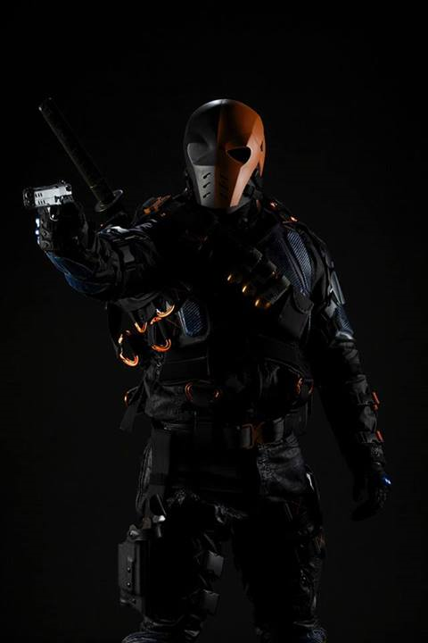 Arquivo:Deathstroke promo full-body.png