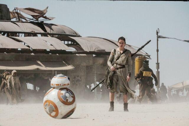 File:Rey and BB-8 - Jakku marketplace.jpg